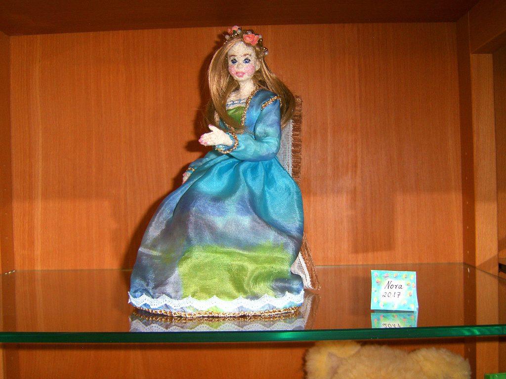 Textilarbeiten , Nora, die Blumenkönigin, Maetrialien: Wolle, Kunsthaare, Seidenstoff, Blümchen Perlen und Pappe, Höhe sitzend: 26cm