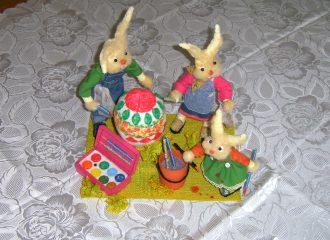 Familie Has beim Osterei färben